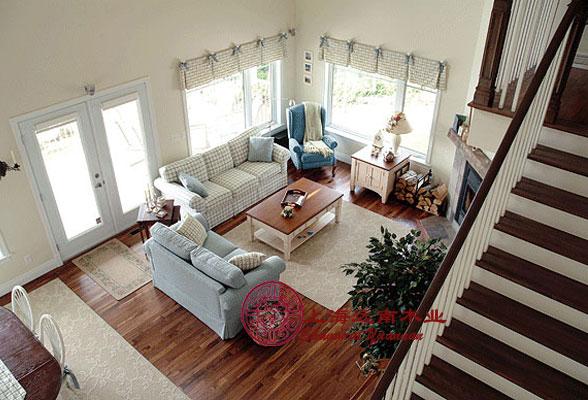 1、使用寿命长:木材是非常稳定、耐久的材料,木结构房屋如果施工维护好,可以使用百年以上。  2、施工简易、工期短:所用构件和连接件可按标准在工厂内制造,运到工地迅速拼装成房屋。  3、个性化室内设计:木结构房屋室内的内隔墙一般较少用于承重,内隔墙的位置可以随意改变,使得室内设计完全可以依据个人的喜好,按照不同时期的需求改变房屋内的空间组合,可采用开放式或传统隔板。