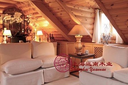 远南木屋顶层阁楼的室内设计