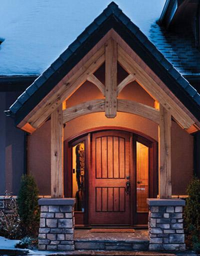 这幢木屋具有典型的加拿大传统外观,又结合了现代木结构住宅的外观