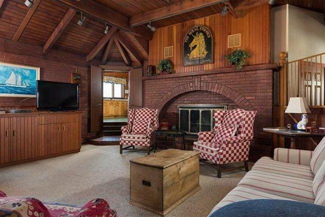 保留古老马车厩砖木结构造型的别墅