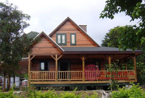 景区单层木屋 现代的文明让我们被困于钢筋水泥丛林,在发展环保生态住宅的主题下,住宅中的木屋设计成为最热门话题。美国纽约国家实验室的研究证明: 世界上唯一能称得上真正绿色环保的建筑设计--木屋设计,较一般水泥、砖瓦结构住房节能50%。众所周知,树木是呼出氧气,吸入二氧化碳,正好与人类相反。