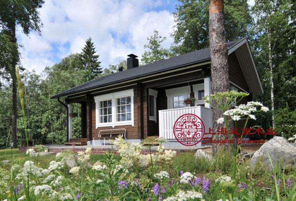 9、耐久性 精心设计和建造的现代木结构建筑,能够面对各种挑战,是现代建筑形式中最经久耐用的结构形式之一,能历经数代而状态良好,包括在多雨、潮湿,以及白蚁高发地区。 上海远南木业主营木屋、木别墅、木结构和其他户外木制品,包括户外地板、户外家具、园林小品等,远南木业竭诚为您服务,欢迎来厂考察或来电垂询021-58171808/68173373/13391392768